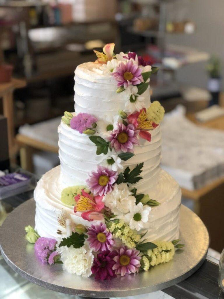 Tarta de merengue con flores de colores